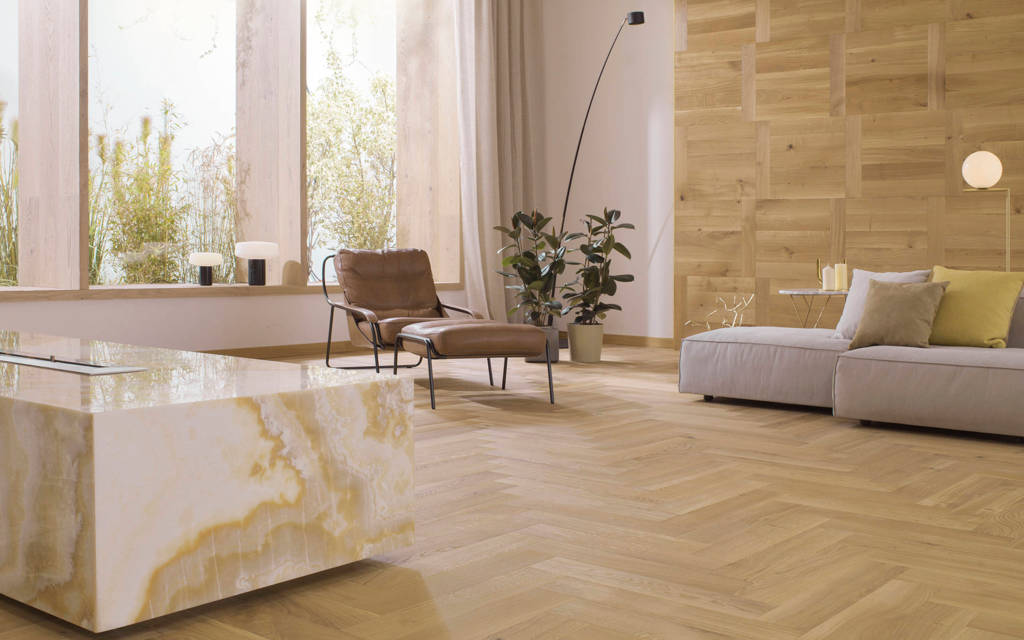 Sala de estar con un piso de madera color café