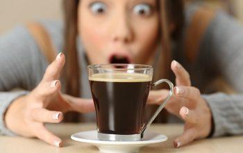 mujer con una taza de cafe