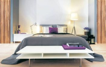 Cama confortable en un dormitorio