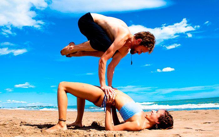 pareja haciendo yoga tantrico