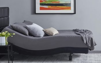 cama ajustable de color gris
