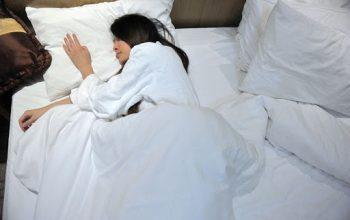 mujer de china recostada en la cama
