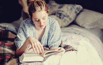 mujer leyendo de noche