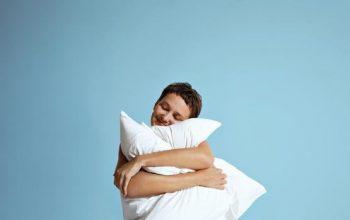 mujer abrazando una almohada