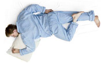 Hombre con ciática durmiendo