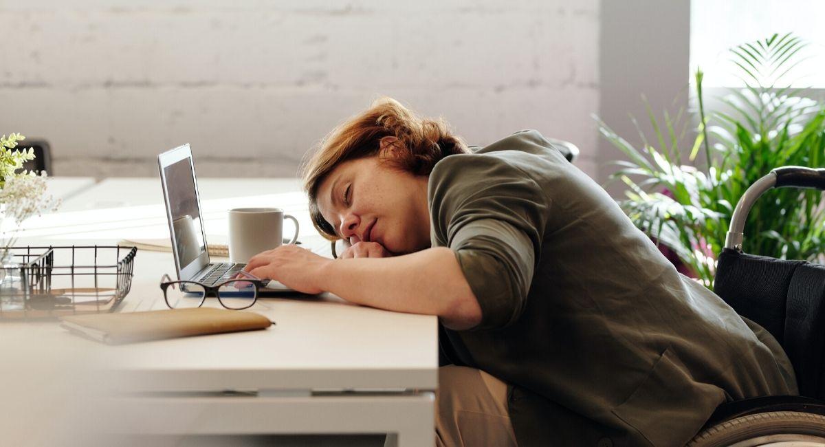Mujer durmiendo sobre escritorio